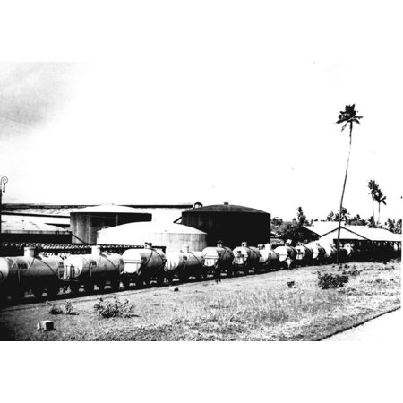 LAMINATED POSTER Nederlands: Foto. De spiritusfabriek 'Wates' op Midden-Java: op het smalspoor staan ketelwagens, daa Poster Print 24 x 36](Fotos De Halloween 3d)