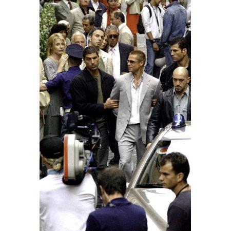 Brad Pitt behind the scenes of Oceans Twelve Photo