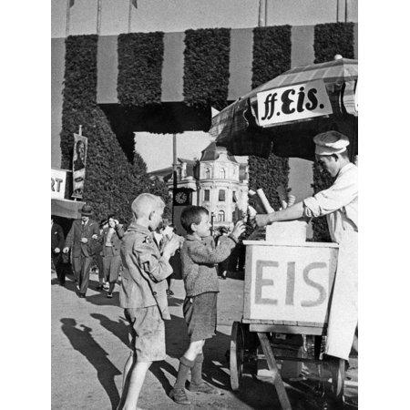 Ice Cream Salesman at One of the Gates to the Oktoberfest, Ca. 1935 Print Wall Art By Scherl Süddeutsche Zeitung Photo - Oktoberfest Photo