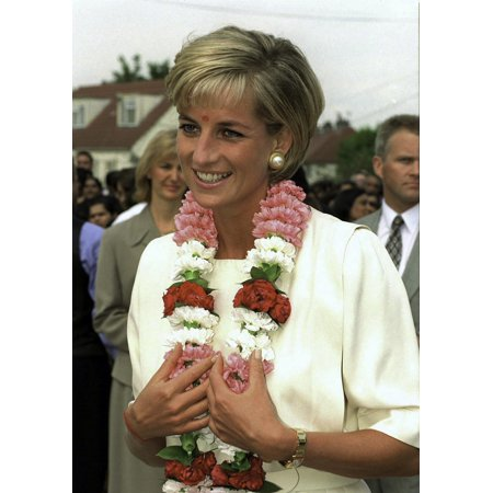 Princess Diana Hrh Princess Of Wales Visiting the Shri Swaminarayan Mandir Hindu Temple in Neaen North London Wearing A Garland Of Flowers Photo Print ()