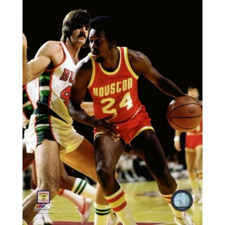 Moses Malone Basketball (Moses Malone 1977 Action Photo Print)