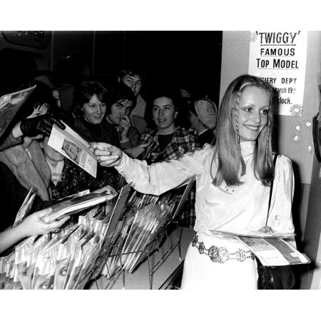 Twiggy signing autographs Photo - Autographed Miscellaneous Photos