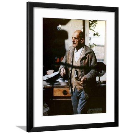 Le realisateur Luis Bunuel sur le tournage du film Tristina, 1970 On the set, Luis Bunuel, director Framed Print Wall Art - Halloween Le Film Vf