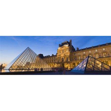 Images panoramiques PPI126367L Pyramides devant un mus-e Pyramide du Louvre Mus-e du Louvre Paris Ile-de-France France Impression Affiche par Panoramic Images - 36 x 12 - image 1 de 1
