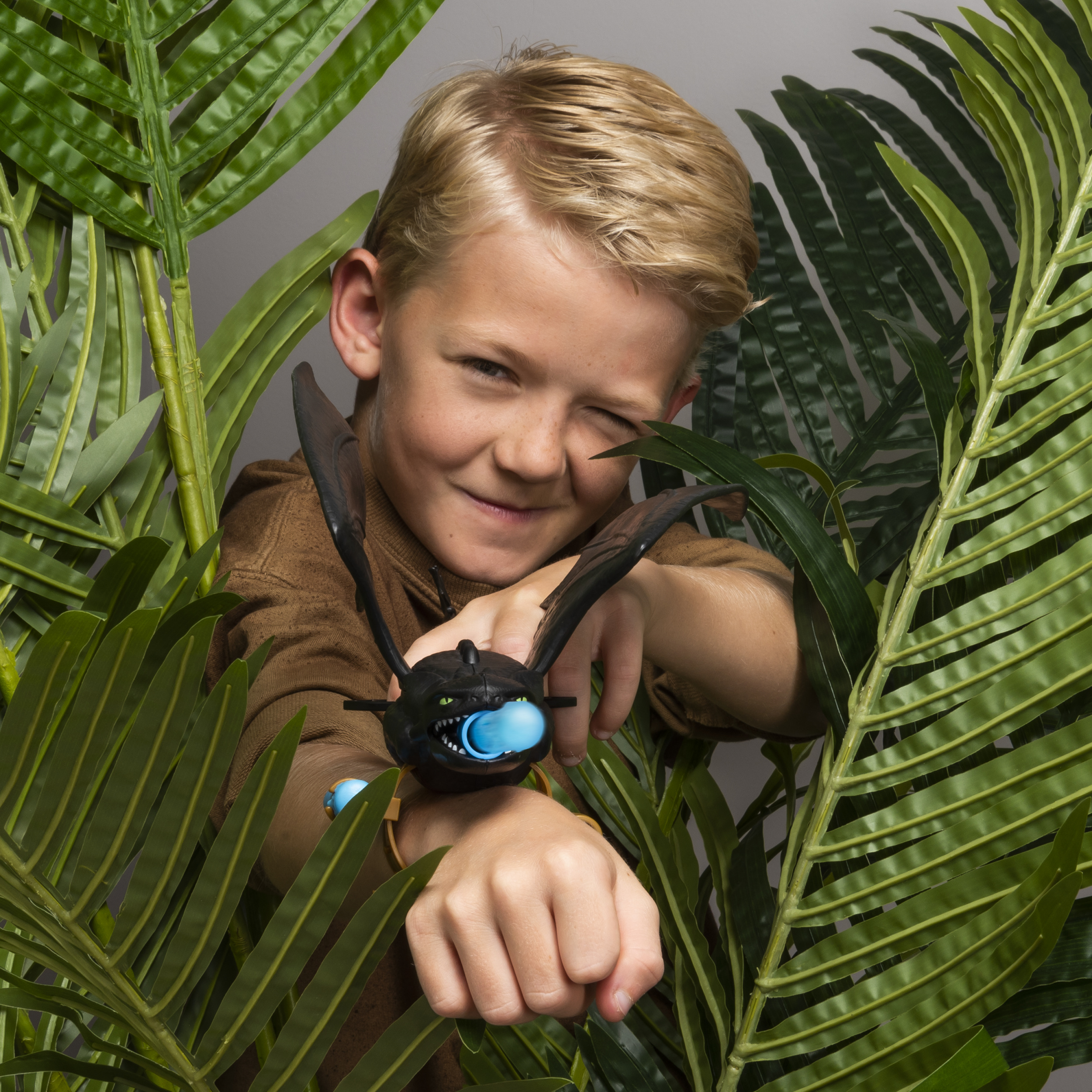 Role-Play Launcher Accessory for Kids Aged 4 /& Up Dreamworks Dragons Toothless Wrist Launcher