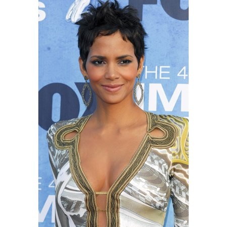 Elizabeth Real Photo - Halle Berry At Arrivals For 42Nd Naacp Image Awards Shrine Auditorium Los Angeles Ca March 4 2011 Photo By Elizabeth GoodenoughEverett Collection Celebrity