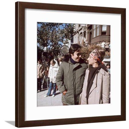 Le realisateur Peter Bogdanovich and Barbra Streisand sur le tournage du film On s'fait la valise D Framed Print Wall Art - Halloween Le Film Vf