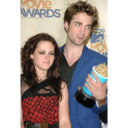 Kristen Stewart Robert Pattinson In The Press Room For 2009 Mtv Movie Awards - Press Room Gibson Amphitheatre At Universal Citywalk Los Angeles Ca May 31 2009 Photo By Dee CerconeEverett Collection Ce