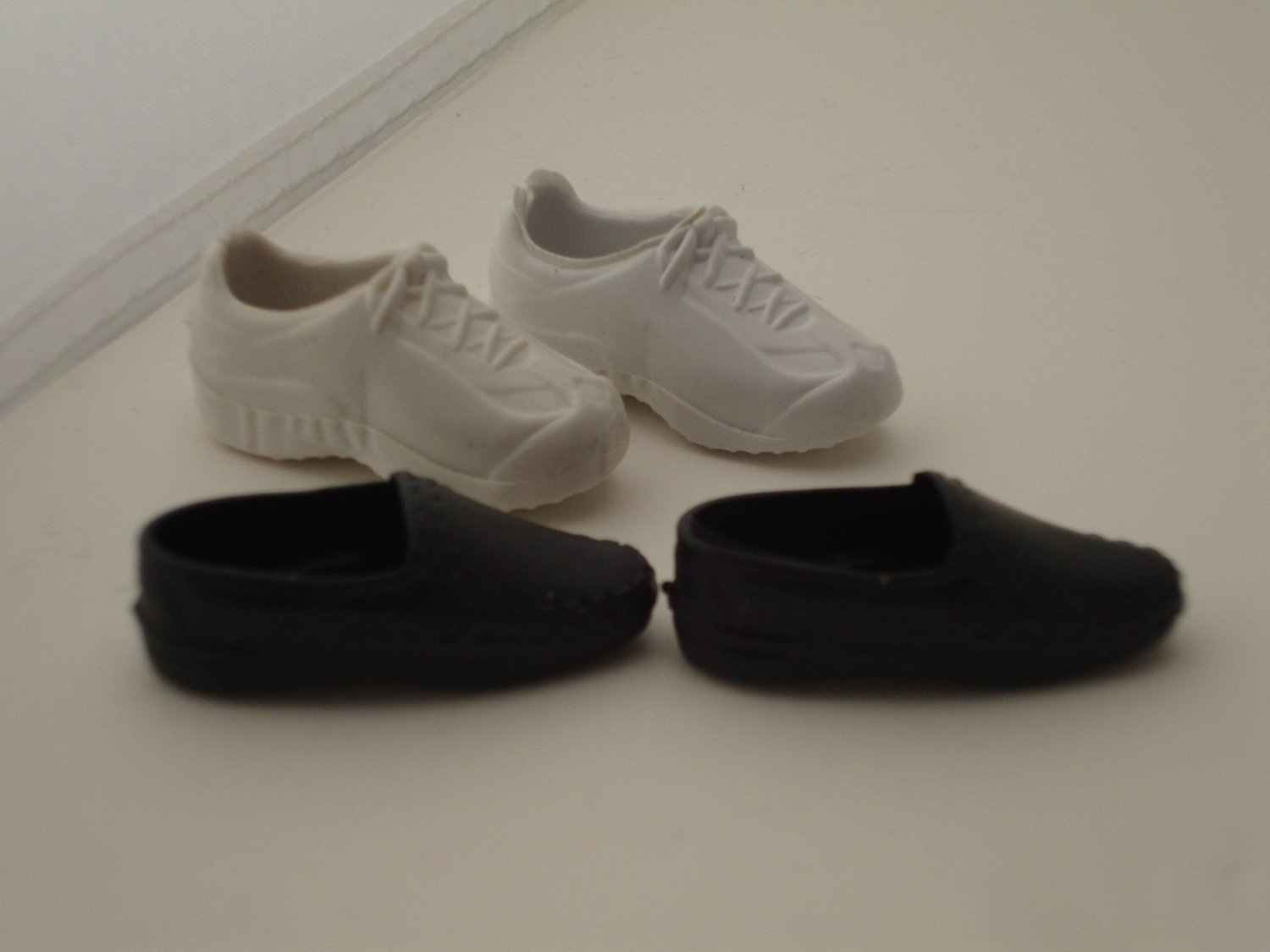 NEW PAIR OF WHITE TENNIS SHOE SNEAKERS WITHOUT LACES OR NAME FOR  KEN DOLL