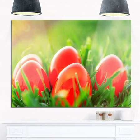 DESIGN ART Red Easter Eggs in Green Grass - Landscape Photo Glossy Metal Wall - Red Easter Grass