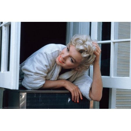 Marilyn Monroe - Window Ledge Poster Poster Print ()