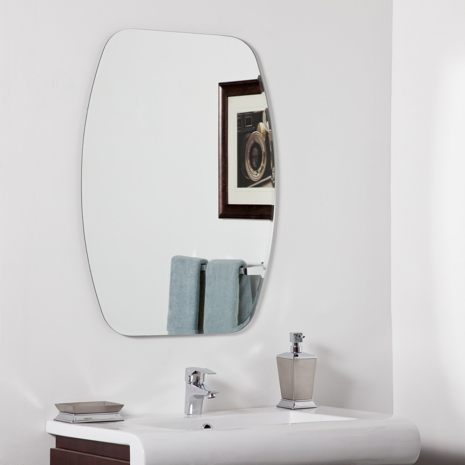 Décor Wonderland Sydney Modern Bathroom Mirror 23.6W x 31.5H in. by Decor Wonderland