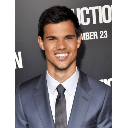 Taylor Lautner At Arrivals For Abduction Premiere GraumanS Chinese Theatre New York Ny September 15 2011 Photo By Elizabeth GoodenoughEverett Collection Celebrity