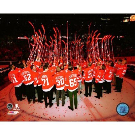- The Detroit Red Wings salute the crowd- Last game at Joe Louis Arena- April 9 2017 Photo Print