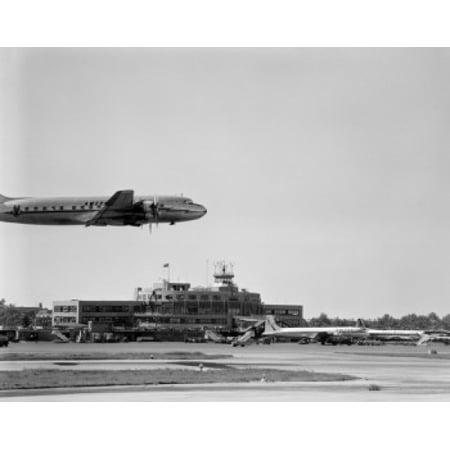 New York La Guardia Airport (USA New York La Guardia Airport landing plane Canvas Art -  (18 x 24) )