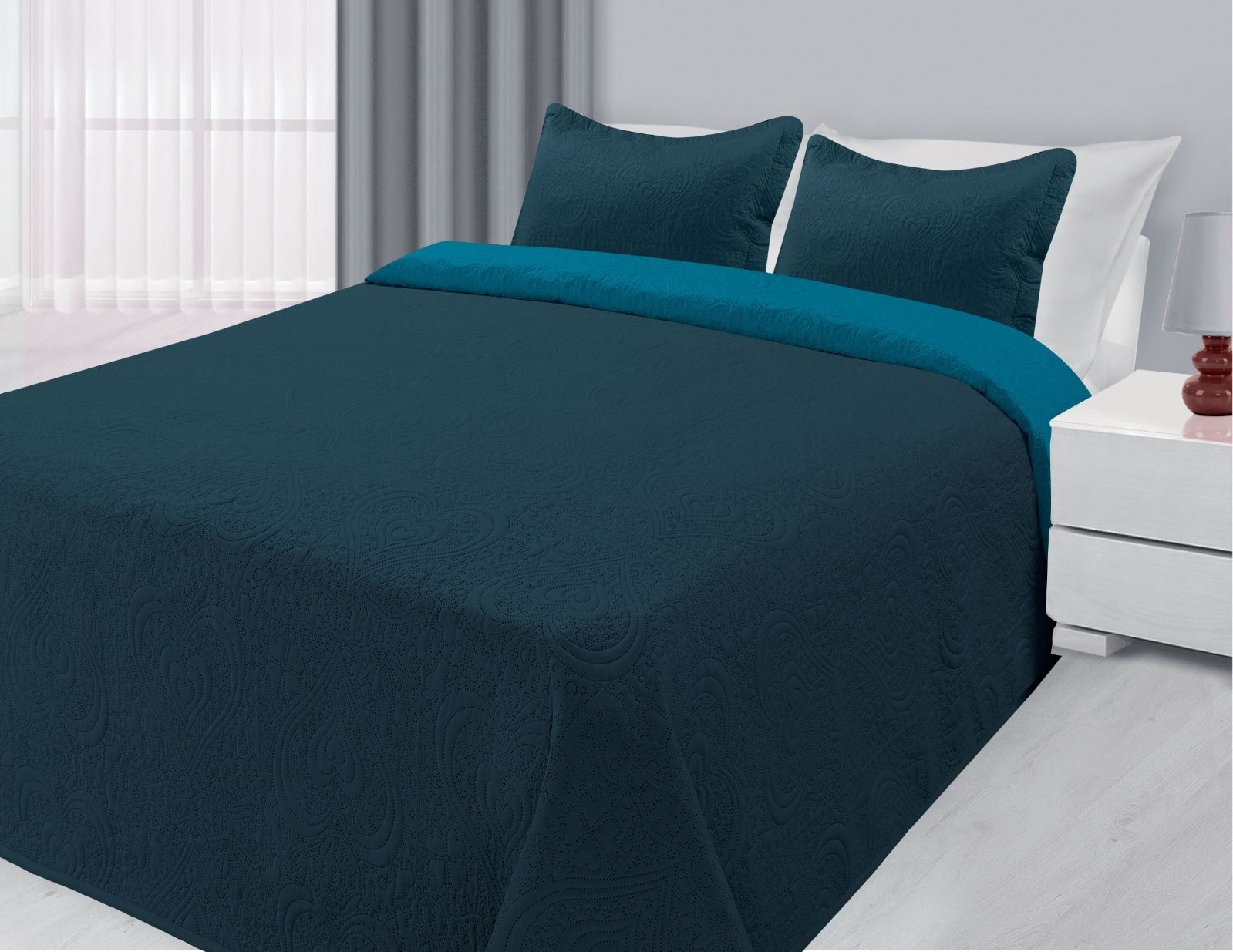 Click here to buy 3-Piece Reversible Quilted Bedspread Coverlet Navy & Blue Twin Size.