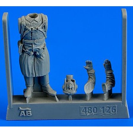 1/48 WWII Russian Pilot (Standing strapped in (Pilot Parachute)