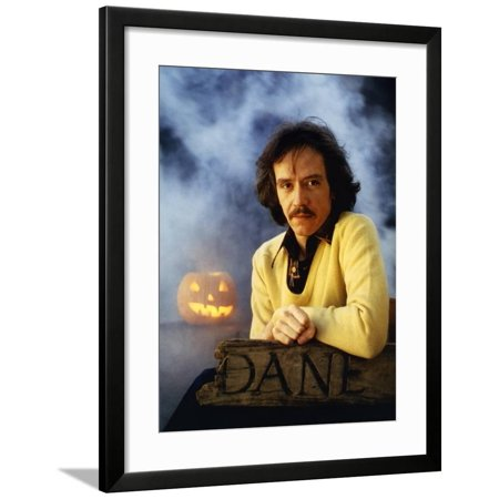 HALLOWEEN, 1978 directed by JOHN CARPENTER John Carpenter (director) (photo) Framed Print Wall (John Carpenter's Halloween)