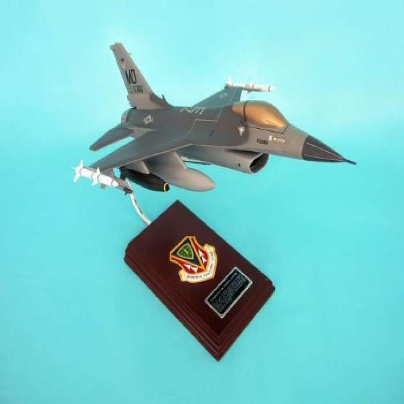 Daron Worldwide Trading SE0024W F-16C Fighting Falcon 1/32 AIRCRAFT