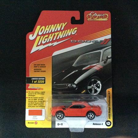 Johnny Lightning JLCG012 Classic Gold Version A 2010 Dodge Challenger