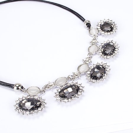 Women's Round Jewel Necklace (Black) [Elegant Fashion Accessory][Single Piece]