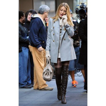 Locator Feature (Blake Lively On Location For Gossip Girl Season Three Shooting In Manhattan 44Th Street And Sixth Avenue New York Ny November 9 2009 Photo By Kristin CallahanEverett Collection Celebrity)