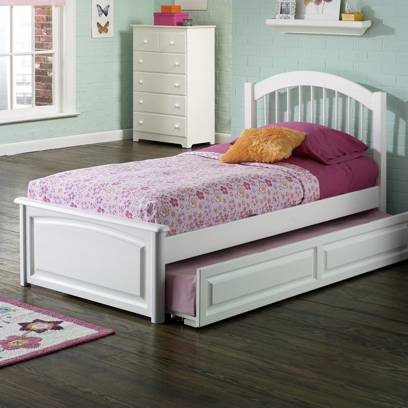 Windsor w/ Raised Panel Footboard-Color:White,Size:Queen