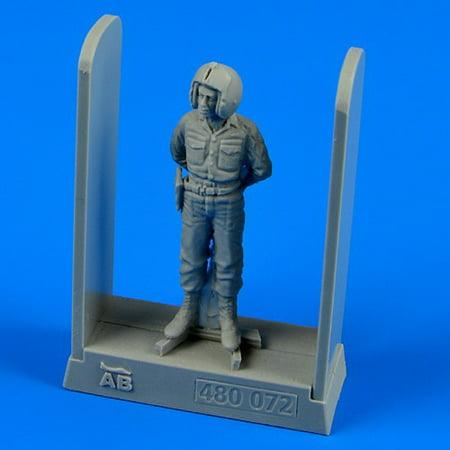 1/48 USAF Training Group Pilot Vietnam War (Standing, arms behind)