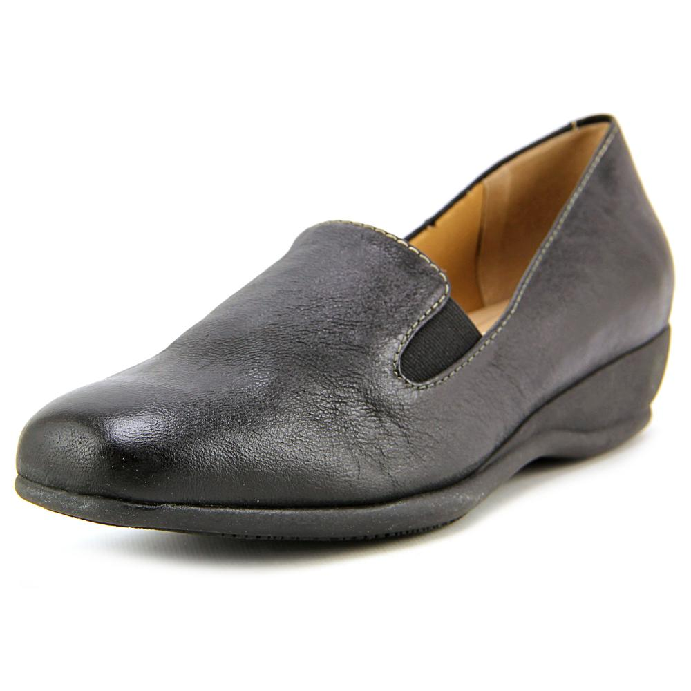 Trotters Lamar Round Toe Leather Loafer by Trotters