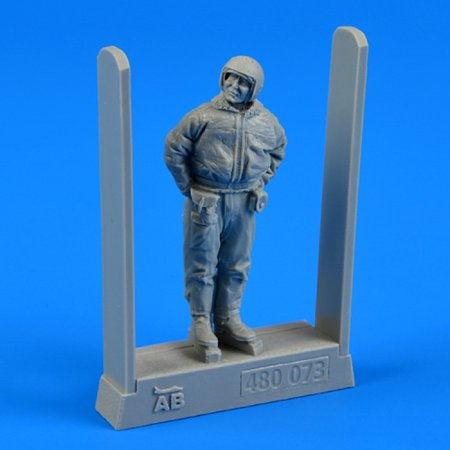 Soviet Air Force Fighter (1/48 Soviet Air Force Fighter Pilot Winter Suit (Standing, arms behind))