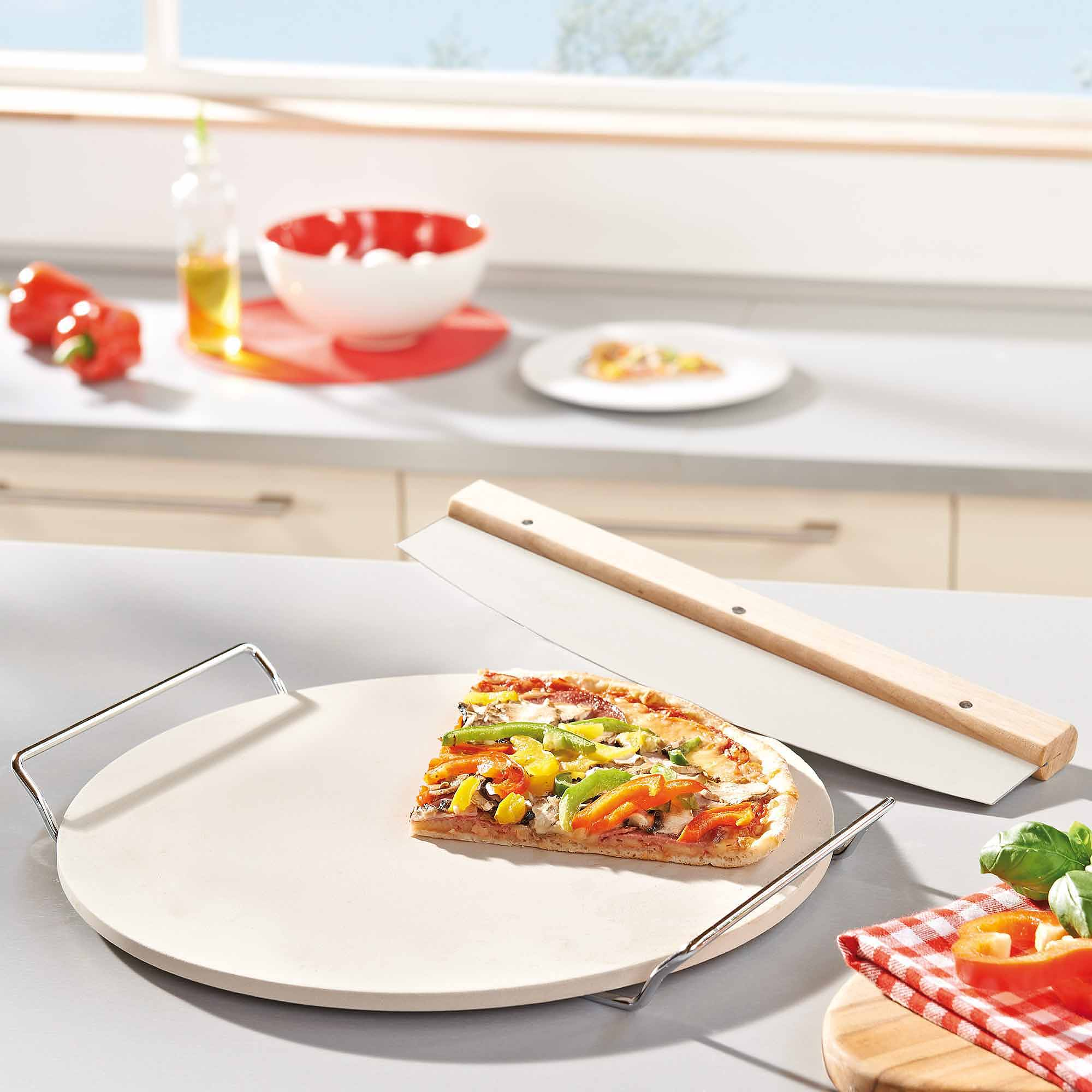 Leifheit 33 cm Round Ceramic Pizza Stone with Carrying Tray and Large Slicer, Grey by LEIFHEIT