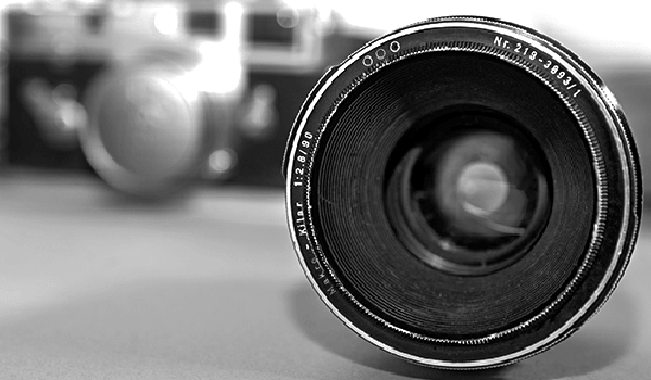 Black and white photo of old camera and camera lens how to choose a dslr